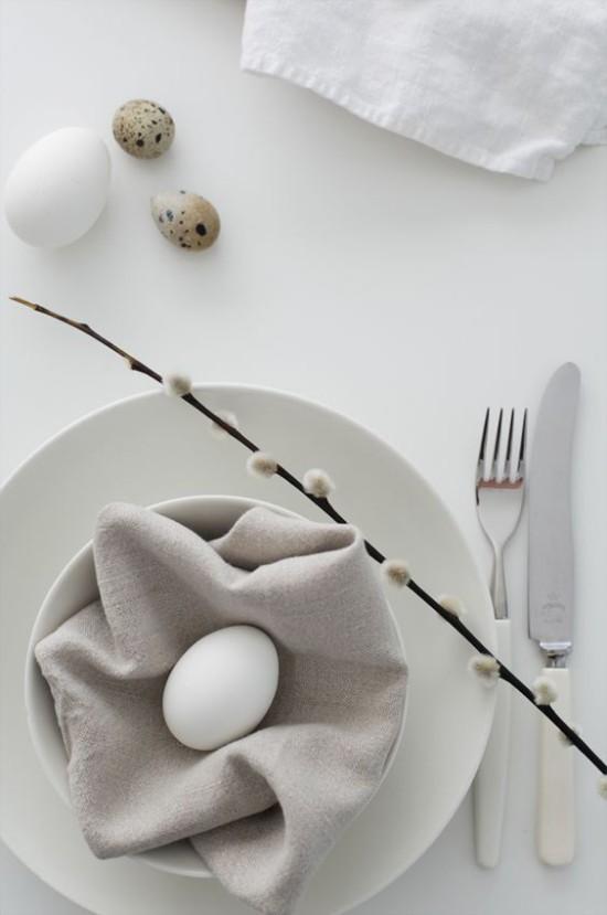 Minimalistische Tischdeko Ostern weiße