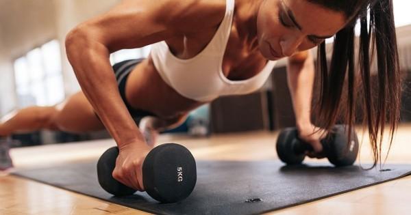 Muskeln aufbauen Fitnessstudio Frau übt gesunde Sporternährung