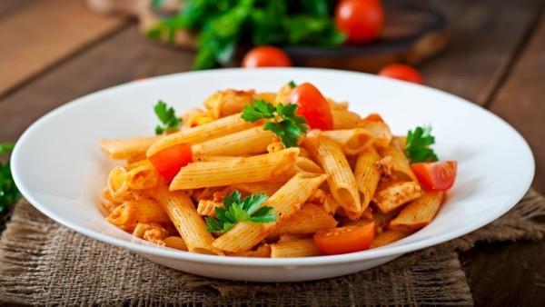 Nuddeln mit Tomatensoße Kohlenhydrate liefern