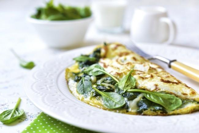 Omelette gefüllt mit Spinat und Schmelzkäse für Frühstück