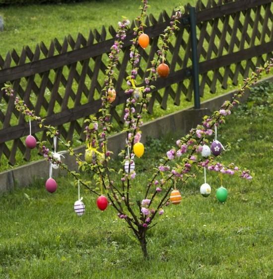 Osterdeko für draußen Osterstrauch mit bunten Eiern