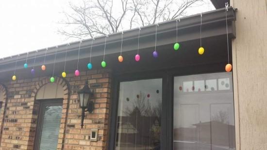 Osterdeko für draußen bunt gefärbte Ostereier aufhängen