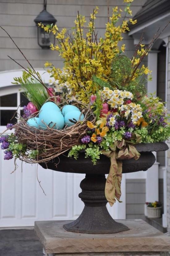 Osterdeko für draußen schönes Blumenarrangement