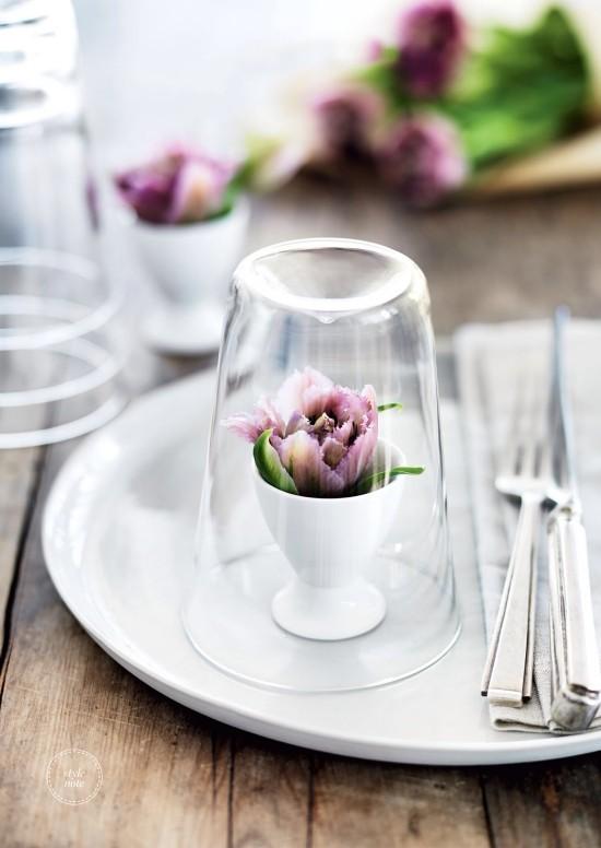 Schöne Frühlingsblumen farbige Akzente festliche Tischdeko