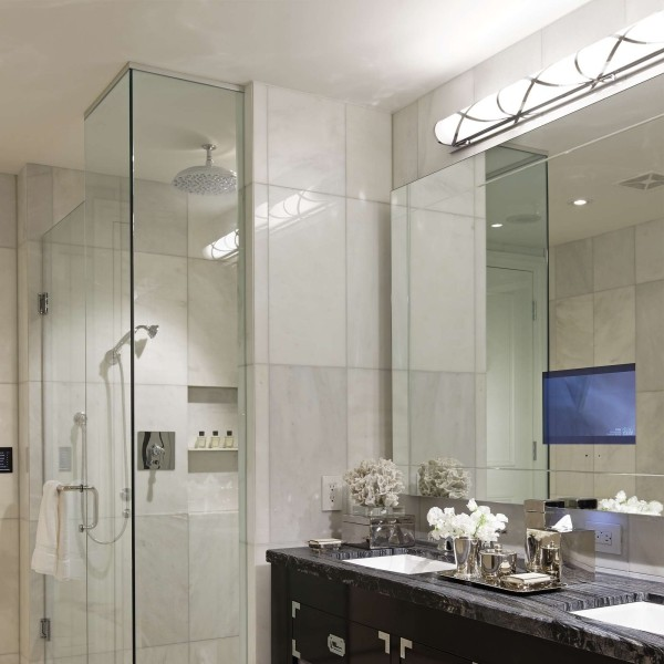 Spiegel Fernseher blau im weißen Bad