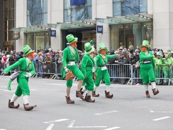St. Patricks Day Parade auf der Straße tanzen grüne Kostüme