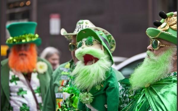 St. Patricks Day feiern grüne Kleidung Masken große Parade