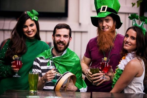 St. Patricks Day feiern in grün gekleidete junge Leute die Party beginnt