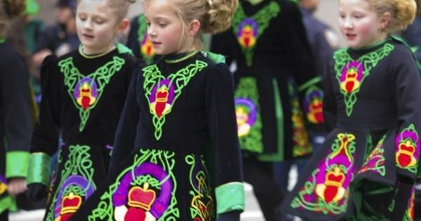St. Patricks Day mit Stil feiern Mädchen festliche Kleidung Parade