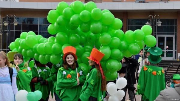 St. Patricks Day zelebrieren Parade grüne Gewänder anziehen