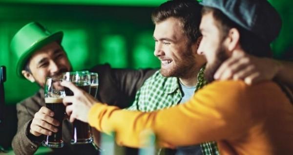 St. Patricks Day zelebrieren mit Freunden viel Bier trinken