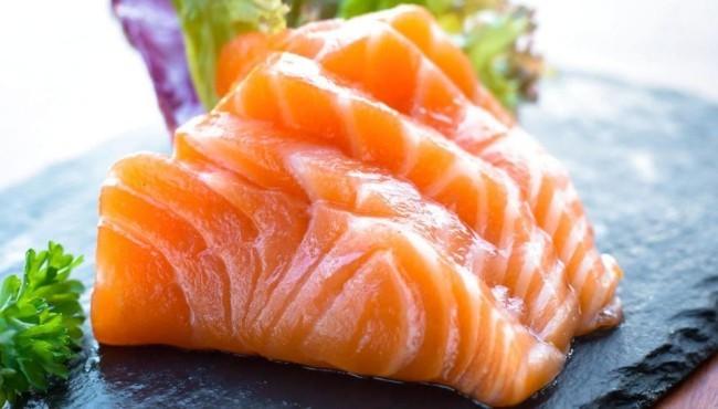 Thunfisch-Sashimi auf Holzbrett