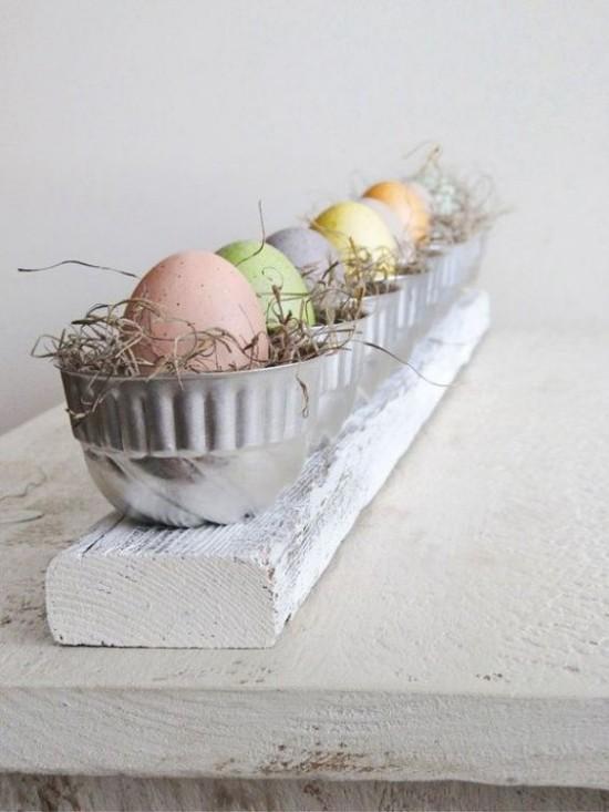 Tischdeko Ostern rustikaler Stil Ostereier in Metallschalen