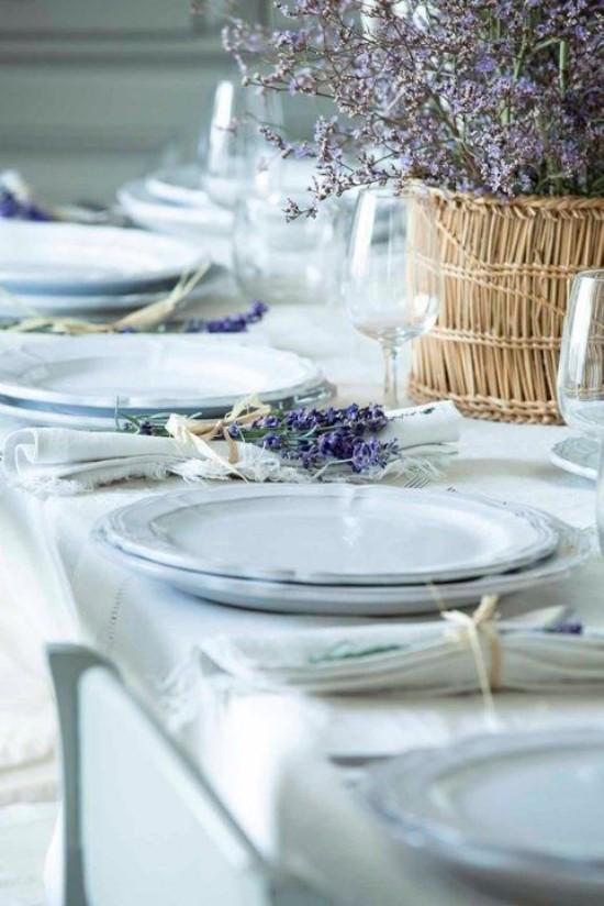 Tischdeko schönes Arrangement weißes Porzellan