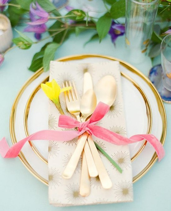 Tischdeko weiße Tischdecke schönes Geschirr