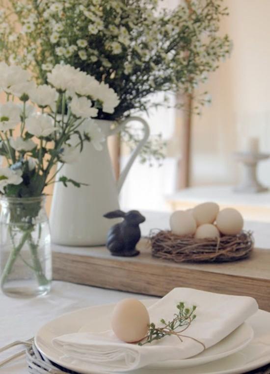 Tischdeko zu Ostern Blumen Vasen Hase Ostereier typische Symbole