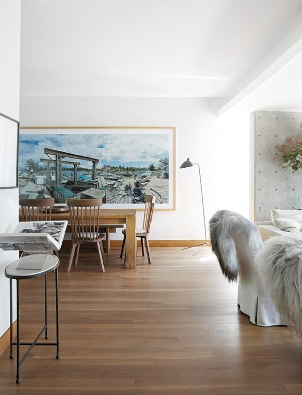 Weiß Wohn- und Esszimmer viel Holz großes Gemälde an der Wand