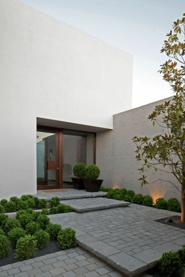 breiter glaseingang moderne fassadengestaltung