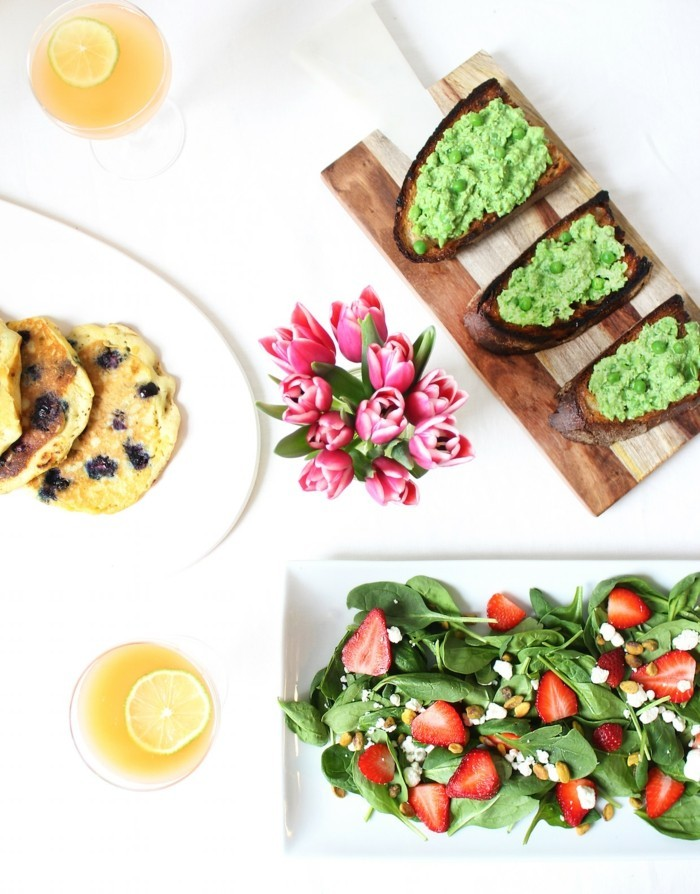brunch ideen veganes frühstück gesund spinat erdbeeren quacamole