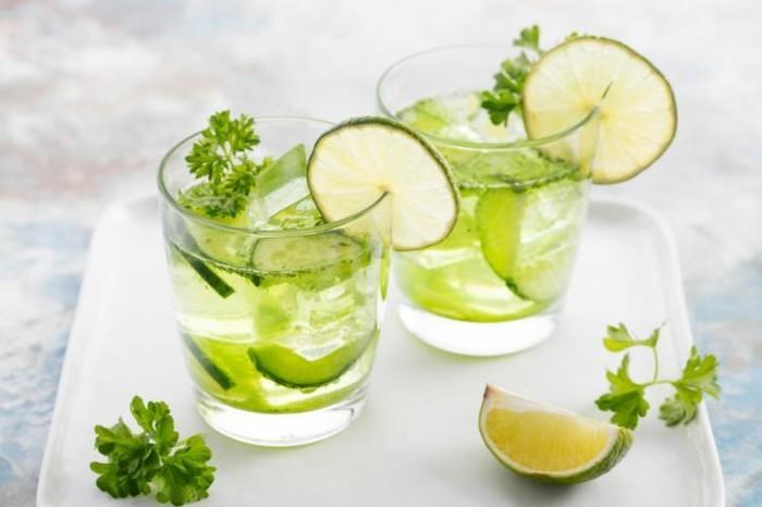 zitronenwasser mit limette und gurke trinken