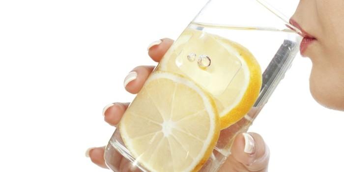 detox wasser mit zitrone entschlacken heilfasten