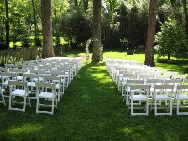 einfache gestaltung für eine zeremonie für die gartenhochzeit