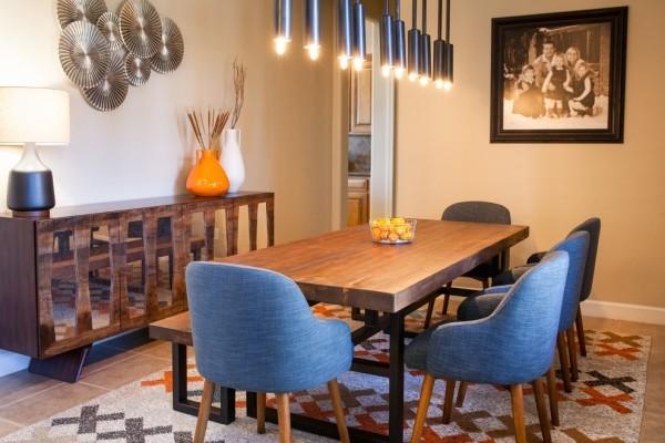 esszimmermöbel bequeme essstühle holztisch schöner teppich