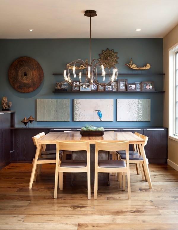 esszimmermöbel holztisch helles farbe wanddeko familienfotos