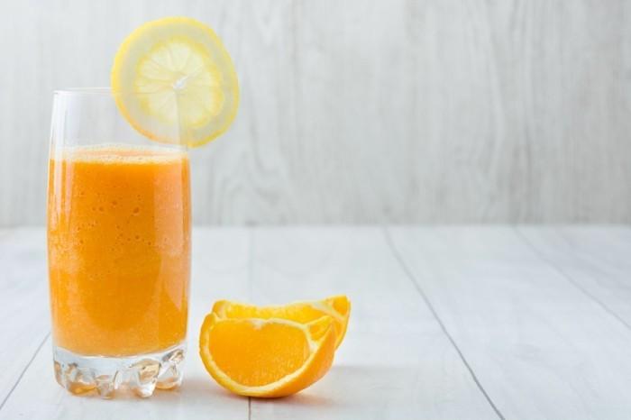 natüricher wachmacher orangensaft mit zitrone