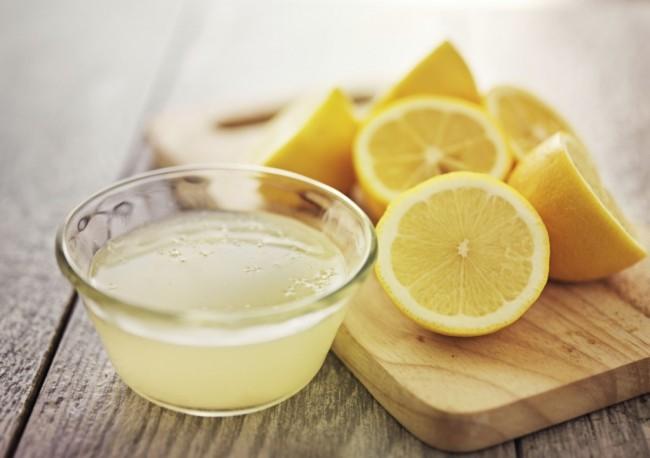 gepresster Zitronensaft in kleiner Schale