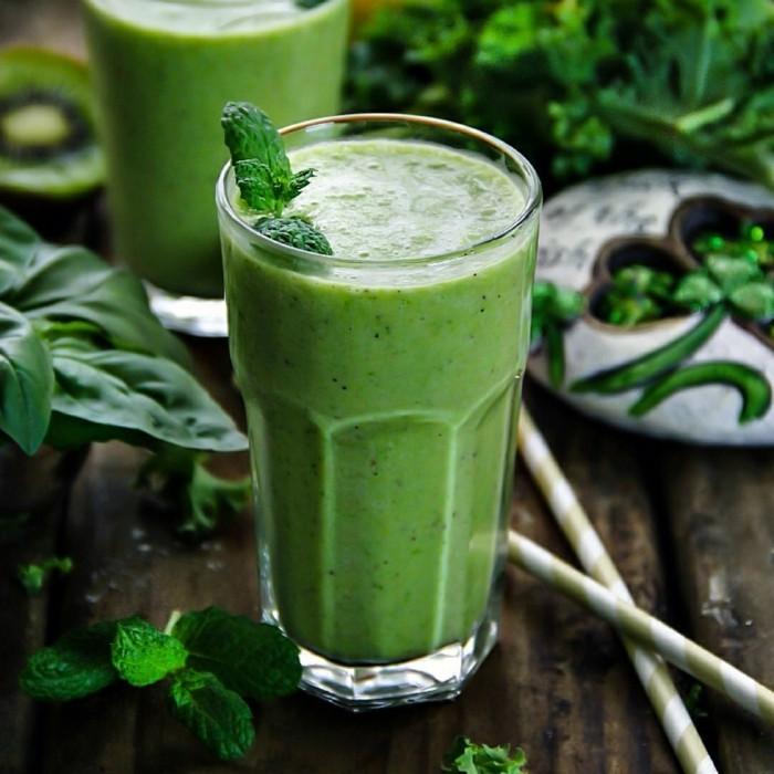 grüner smoothie wachmacher minzblätter