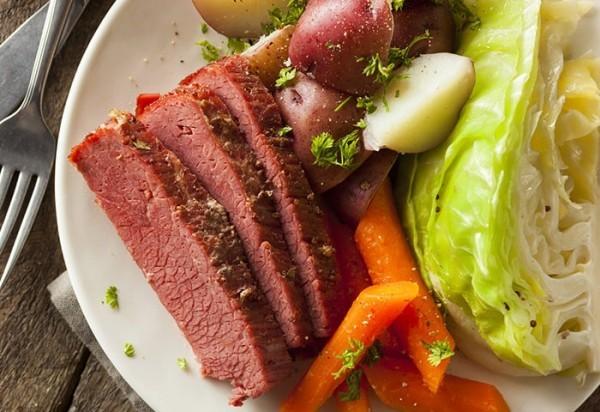 hausgemacht corned beef and cabbage mit Karotten und Kartoffeln festliches Menü