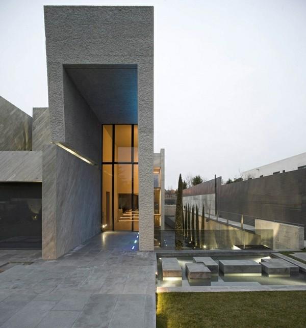 hohe tür moderne fasadengestaltung