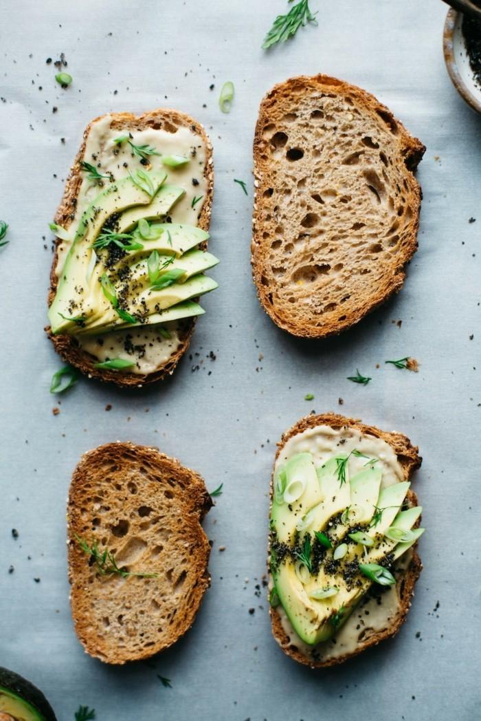 hummus avocado dill toast veganes frühtück