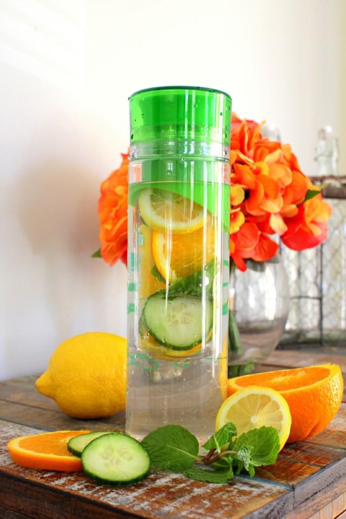 infused water flasche mit detox wasser heilfasten