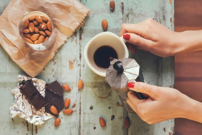 kaffee trinken dunkle schockolade mandeln natürliche wachmacher