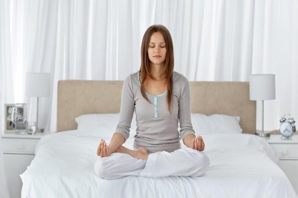 meditation entspannung frau schlafzimmer tipps zum einfschlafen