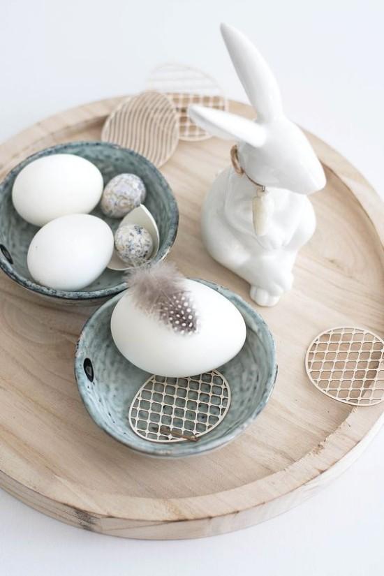 minimalistische Tischdeko Ostern weiße Eier Hase Feder