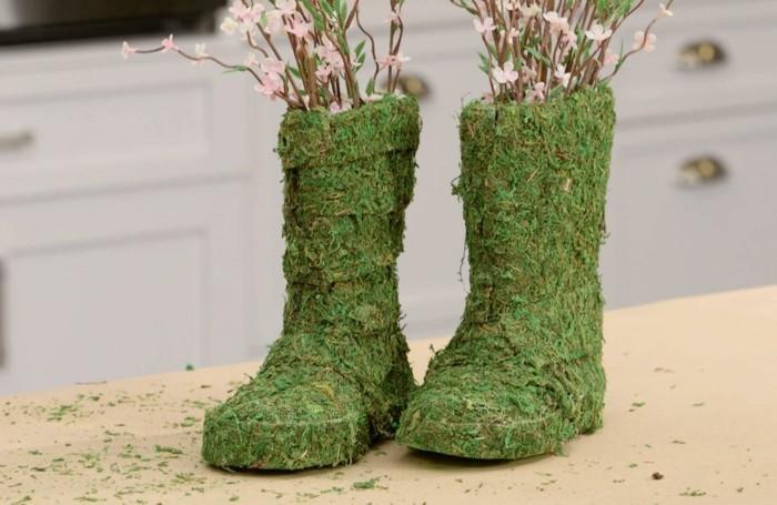 mit moos dekorieren fruelingsdeko naturmaterialien stiefel gestalten mit moos