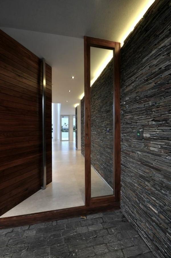 moderne fassadengestaltung tür aus holz und glas