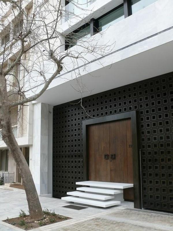 moderne fassadengestaltung tür schwarz weiß