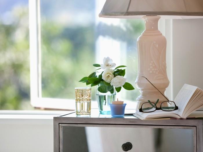 nachtkonsole tischlampe weisse rosen konmari methode
