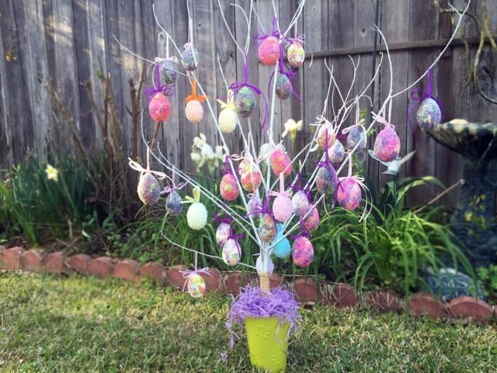 osterdeko draußen ostereierbaum farbige dekoideen