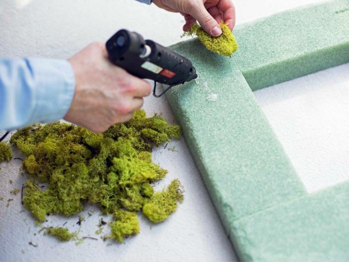 osterkranz fruehlingsdeko naturmaterialien moos anbringen gestalten mit moos