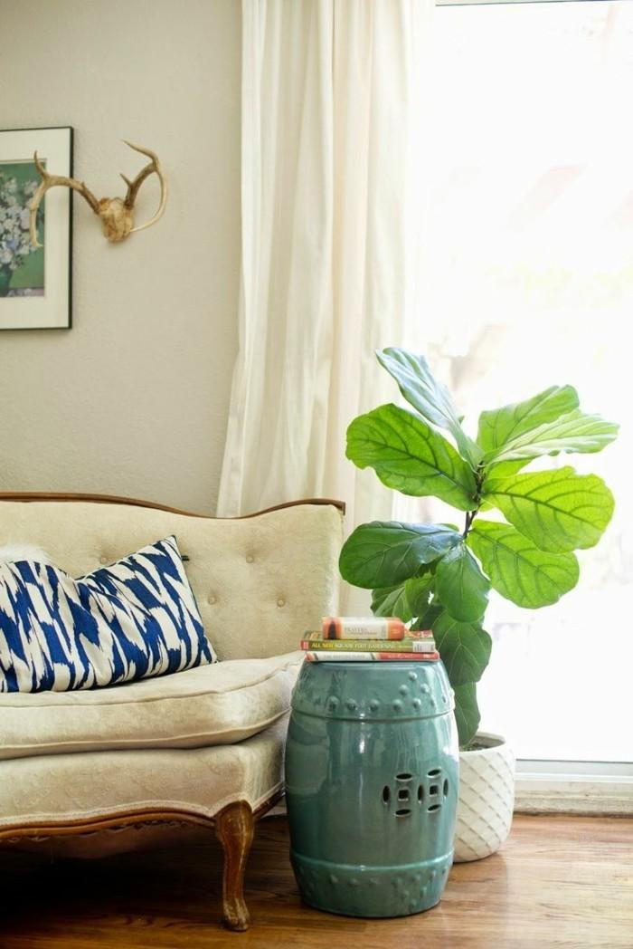 pflanze mit großen blättern beistelltisch wohnzimmer