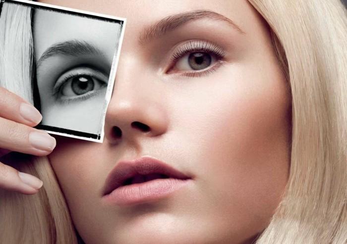 schöne blonde frau wimpernlaminierung make up