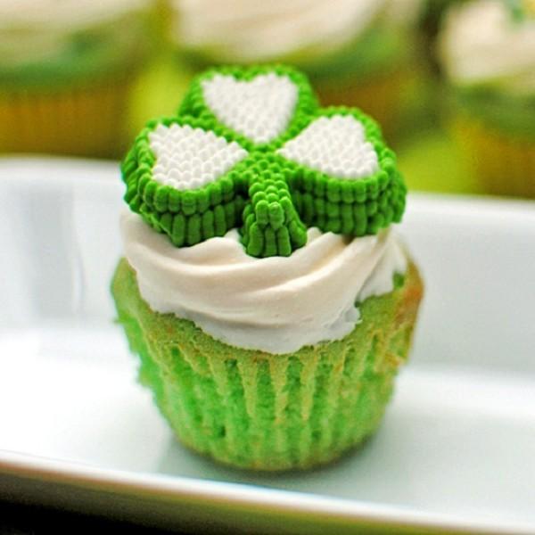 shamrock milkshake cupcakes grün und weiß gefärbt
