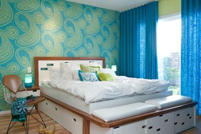 tapeten schlafzimmer ideen blaue gardinen weiße bettwäsche