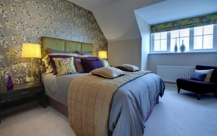 tapeten schlafzimmer ideen frisches muster lila sessel