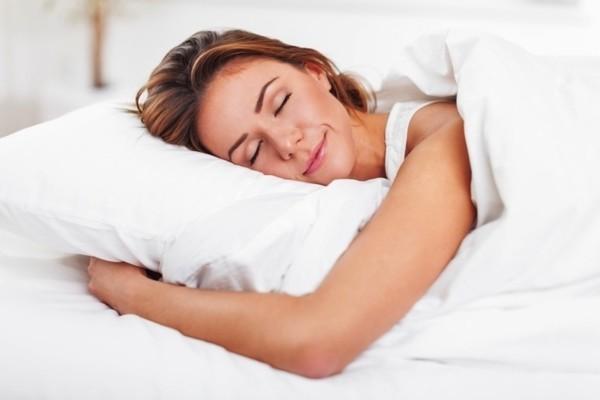 tipps zum einschlafen junge frau im bett